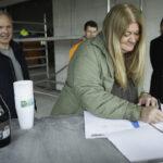 Solveigh Blushøj, kommende forpagter, underskriver forpagtningsaftalen
