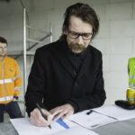 Bjarne S. Bendtsen, Formand i Fonden Multihus Hjortshøj, underskriver forpagtningsaftalen